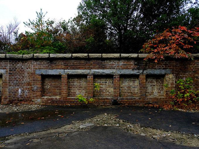 画像: 砲台跡。毒ガス生産拠点としての歴史とは別の時代、この島は日清・日露戦争時代の要塞としての役割もありました。