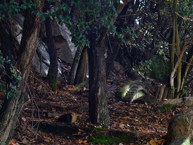 画像: 土砂に埋もれた日本庭園跡。よく見ると見えるのは眼鏡橋風のアーチ。一体どんな姿だったのでしょうか…。