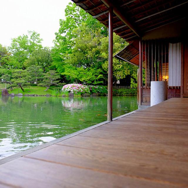 画像: 縁側の下にはさらに石造りの土縁があります。池には鯉が泳いでいて和みます。
