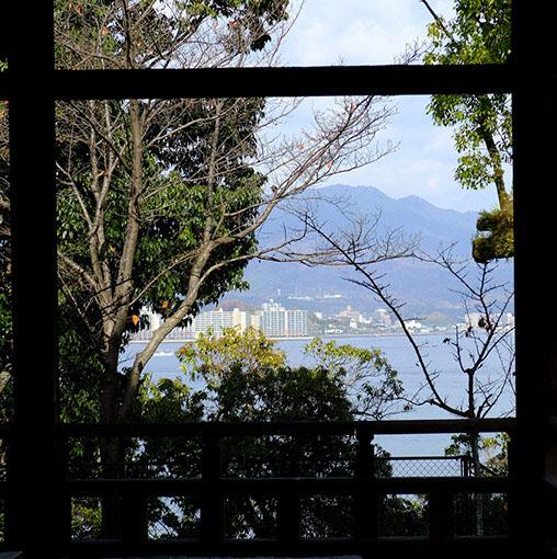 画像: 千畳閣は、下に見える海も美しく、夏だと風が吹き抜ける気持ちの良いスポットでもあります。