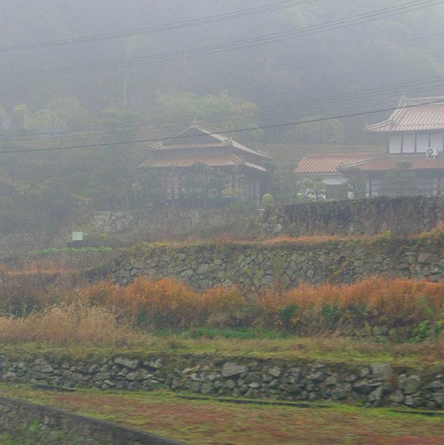 画像: さて広島空港周辺も霧。段々畑と赤い瓦屋根の家々が続く三原の街並み…、が何も見えない!