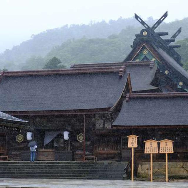 画像: さて土砂降りになってきましたので一度退散。こちらは出雲大社の八足門、奥に見える大屋根が本殿です。