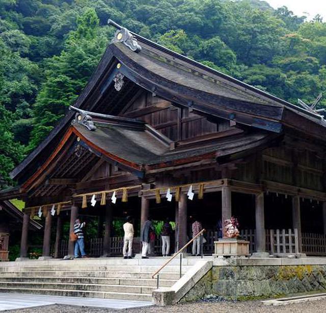 画像: 大屋根の拝殿の奥には本殿が2つ。出雲地方に多い「大社造り」ですが、独特の形を持つため「美保造り」とも呼ばれます。事代主神は音楽の神様でもあるため、拝殿では奉納コンサートが開かれることもあります。
