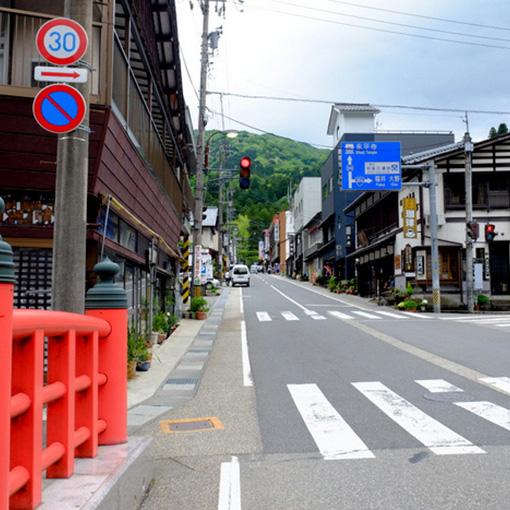 画像: 軽い上り坂になっている門前町。お土産物屋さんや飲食店が並びます。