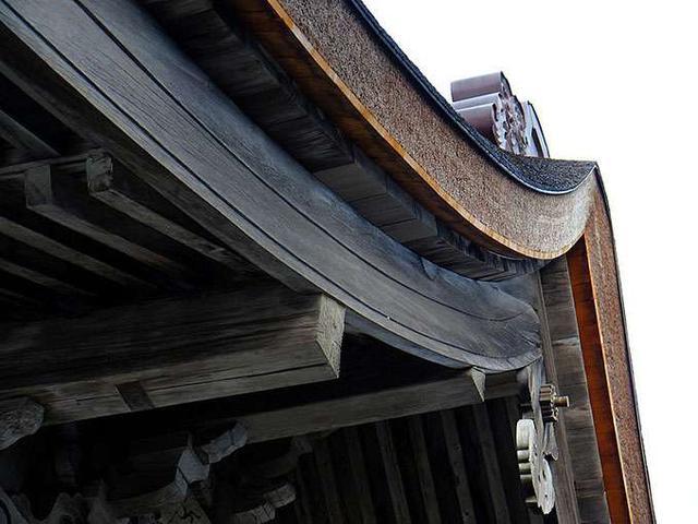 画像: 大遷宮により60年ぶりに屋根の葺き替えが行われました。屋根に使われた「檜皮葺き」は檜の皮を重ね、竹の釘で打ち付けていく工法です。