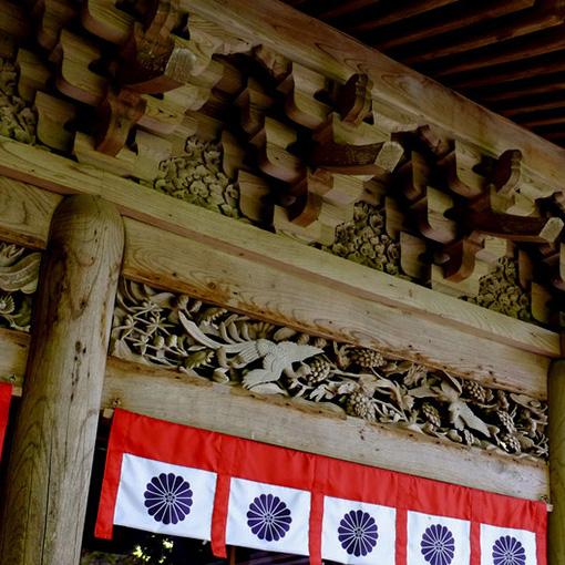 画像: 建物は拝殿から唐門、本殿と続きます。やっぱり神社みたいな造りです(中は撮影禁止です)。外の欄間も見どころのひとつ。表からと裏からの2重になっていて見え方が違います。