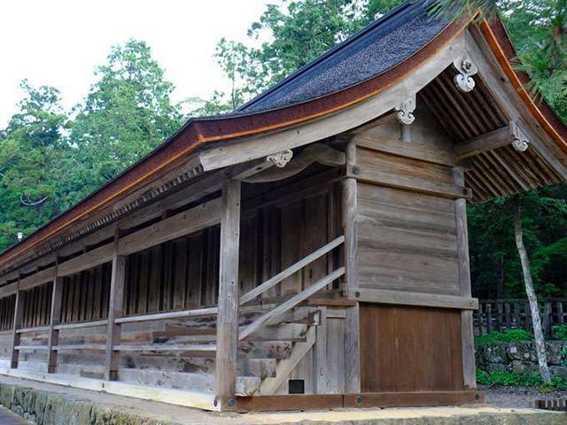画像: こちらは本殿の両脇にある「十九社」。日本全国の神様が出雲へいらっしゃる時にお泊りになる宿所です。こちらは東側にあるので、東十九社と言われ出雲を挟んで東側の国からやってくる神様たちがお泊りになります。