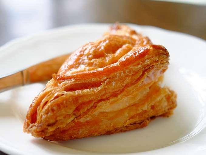 画像: ふっくらと高さがあるアップルパイは市内「ジャルダン洋菓子店」のもの。軽く温めて提供されます。
