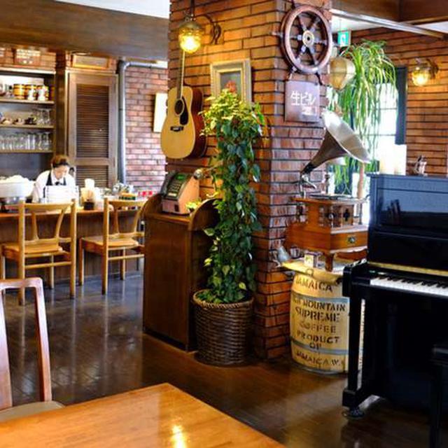 画像: 店内中央が吹き抜けになっているためとても広々と感じます。ピアノやベースが置いてあります。ジャズライブが出来ますね。