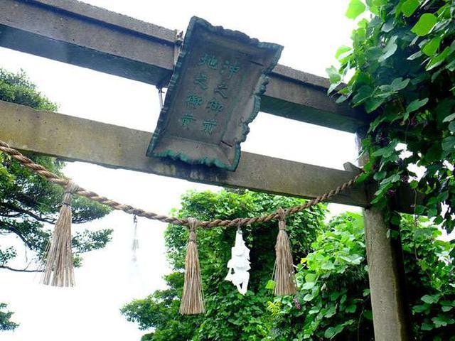 画像: 灯台の先には美保神社の飛び地境内。鳥居の場所が地の境目。
