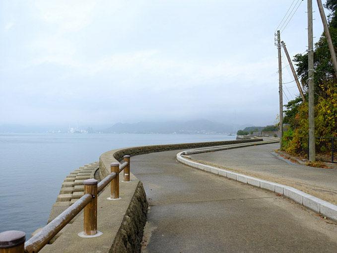 画像: 休暇村大久野島をスタートし海沿いの道を時計回りに自転車移動します。