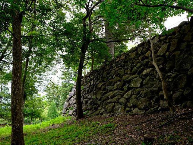 画像: 自然石をそのまま使った「野面積み」。私が石垣を好きになったきっかけ?の石垣です。ここはお城の裏側にあたる場所ですが、本当にどっかから侍が飛び出してきてもおかしくないくらいに雰囲気がある場所です。お城のだいご味は石垣にあると言っても過言ではありません!
