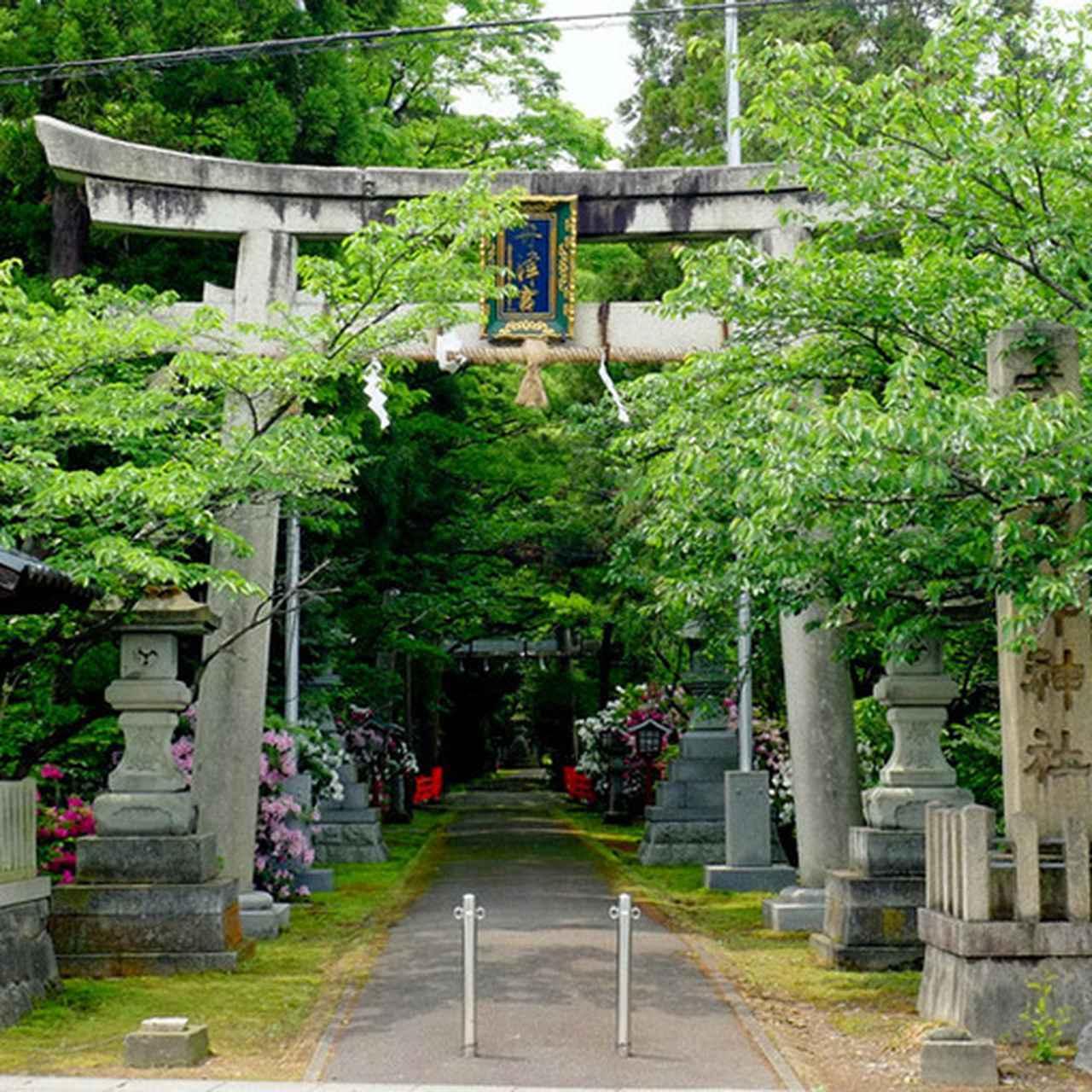 画像: 「舟津神社」入口の石柱には「式内舟津神社」とあります。「式内」とは今から1000年以上前に書かれた「延喜式」の中にちゃんと書かれているお宮ですよということを表していて、由緒ある古い神社の証です。