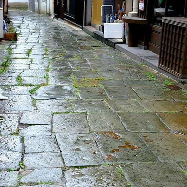画像: 雨に濡れるとなお一層青く見えます。今でも手直ししながら住民が大事に使っている道です。