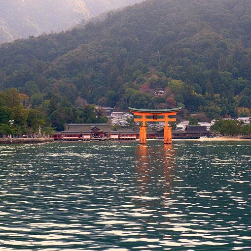 画像: 日本海育ちの私からすると、瀬戸内海って大きな湖かと思うほどに波が立たたないですよね…。牡蠣いかだが並んでいました。遠くに鳥居と嚴島神社が見えてきました。宮島到着です。約10分の船旅でした。