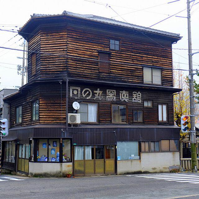 画像: こちらは写真館。店名フォントのデザインが凝った、木造三階建て。