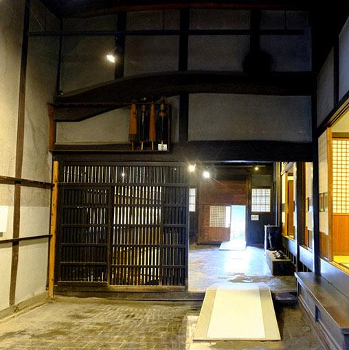 画像: 奥の方に土間などがあり、立派な梁が家を支えています。