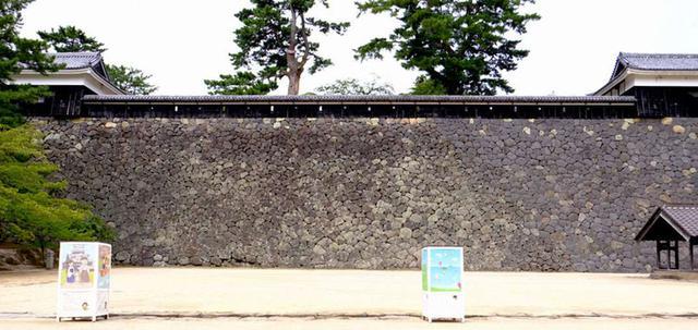 画像: さてせっかくなので石垣も。隙間が少なく石を加工して組み込んでいるのは「切込みハギ」。入ったところ正面、馬溜から見上げた二の丸上の段の石垣。高さは14メートルあり丁寧に仕上げてあります。