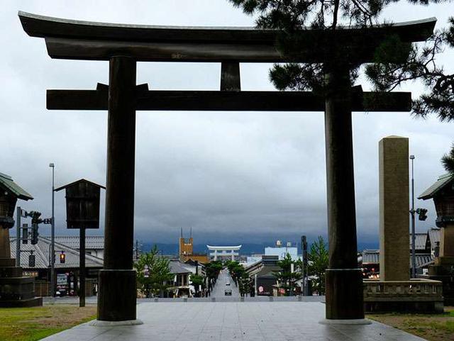 画像: 二の鳥居越しの一の鳥居。神社好きが喜びそうな撮影スポットです!