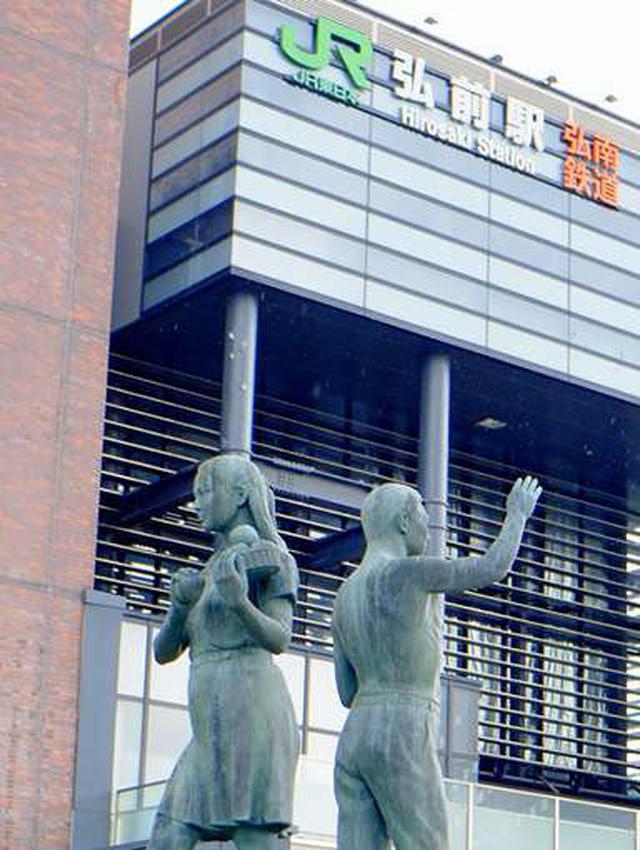 画像: 弘前駅に到着!りんごを持った銅像、題名も「りんごの風」。改めてりんごの街に来たなと実感です。