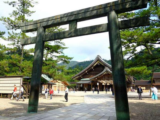 画像: いよいよ最後の鳥居、四の鳥居。銅の鳥居で4つの中で最も古く、江戸時代中期に毛利家から寄進されたものです。国の重要文化財。