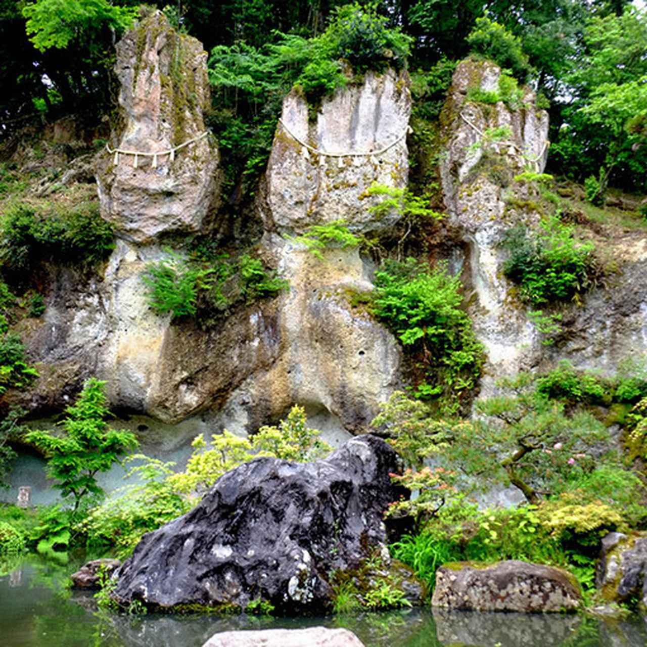 画像: 自然の岩が魅せる不思議な景色「三尊石」は、阿弥陀三尊に似ているとして崇められています。これは拝む価値ありです!