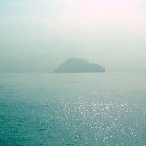 画像: 豪雨からの、濃い霧に包まれる瀬戸内…。島へ渡るのも一瞬躊躇しましたが、まずは行ってみよう!と。