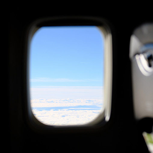 画像: 上空は青空で安定飛行、遅れることもなく順調でした。