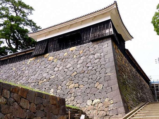画像: 太鼓櫓を見上げる石垣の角は細い石を長い、短いを繰り返す「算木積み」。強度を高め崩れにくくした工法です。