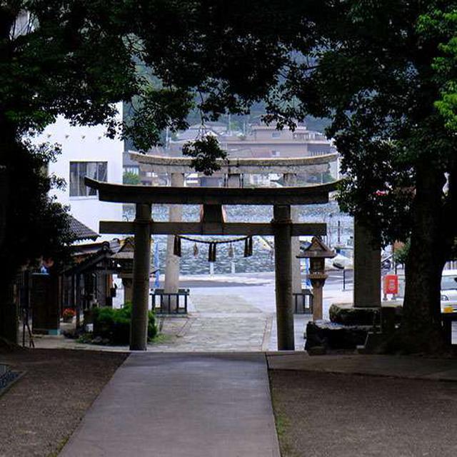 画像: 神社を後にすると、目の前には鳥居越しの美保関の海が広がっていました。