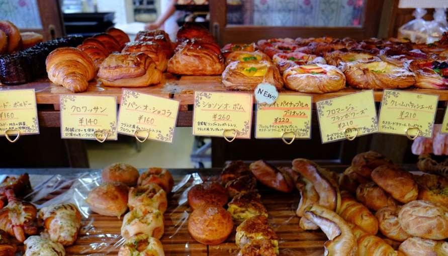 画像: パン屋さんのアップルパイを購入。ブーランジェリーイシタの「ショソン・オ・ポム」。お昼時にはお客さんでいっぱいです。