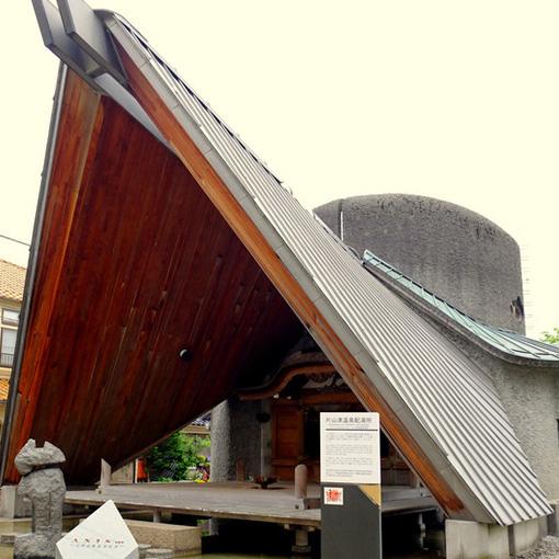 画像: 温泉街の真ん中にある配湯所。大きな屋根が特徴的。