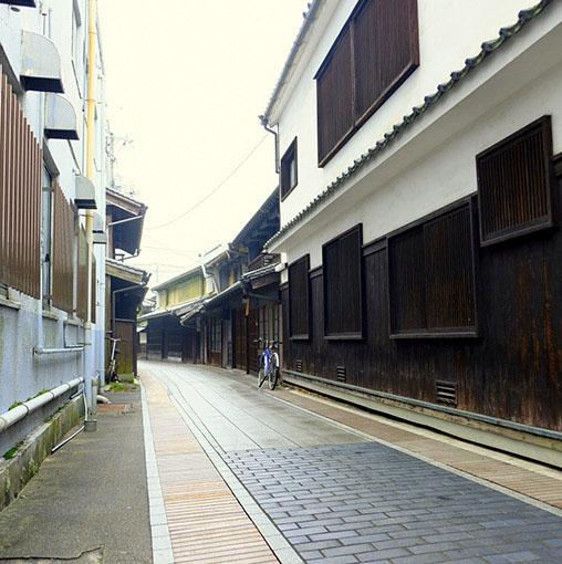 画像: 白漆喰と格子戸が続く町並み。