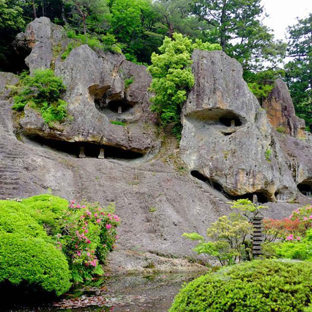 画像: 左手に「奇岩遊仙境」が見えてきました。その壮大さに圧倒されます。直接階段を掘って作った稲荷社も。雨の日は滑りやすいとのことです。「那谷寺」と呼ばれる前の「岩屋寺」との過去の名前通り、岩山そのものをそのままお寺にした霊気溢れる場所です。