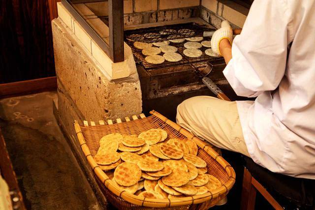 画像2: 昔ながらの手焼きせんべいを味わえる「立花屋煎餅店」