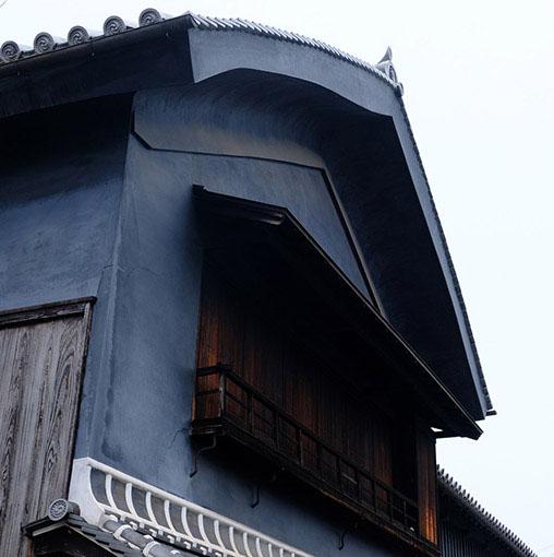 画像: どの家も立派な姿。反った屋根と木炭を混ぜたような墨色の漆喰壁。