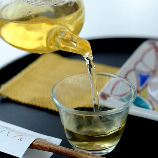画像: パフェの口直しにはまろやかな加賀棒茶。