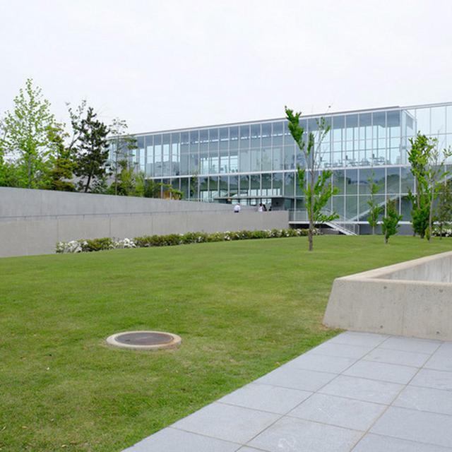 画像: 現在の「加賀片山津温泉 総湯」は2012年に完成。建築家の谷口吉生氏によってモダンな温泉へと生まれ変わりました。