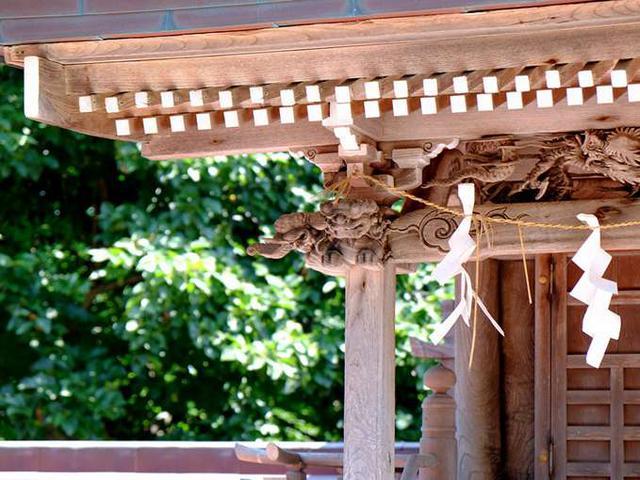 画像: 象と獅子、でしょうか。三王神社にもしっかりと彫刻が刻まれていました。海も近く強い潮風が吹く場所ですが、再建されつつも大事に保存されています。