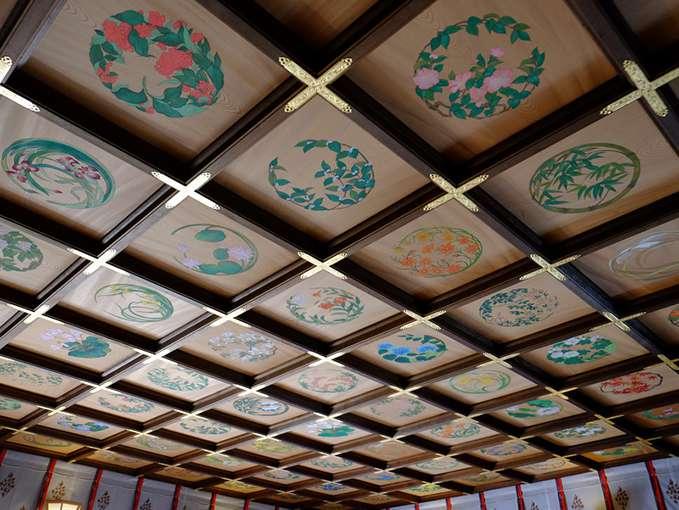 画像: 格天井には四季の花々。お参りにいらっしゃる方だけでなく神様にも美しいものを見ていただきたいと、京都の宮絵師である安川如風氏によって317枚の花鳥が描かれました。