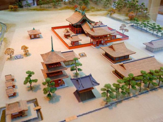 画像: こちらが私の好きな慶長期の出雲大社の模型。本殿の形は今の「大社造り」と同じ様子ですが、まず全体的に朱塗りであることが寺様式を反映させているように感じます。