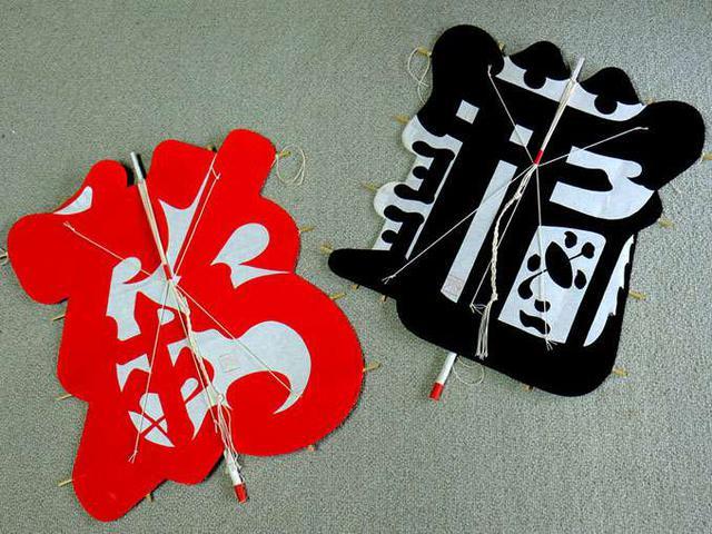 画像: 鶴(赤)と亀(黒)が一対でひとつの字凧。グラフィック的でカッコいい。外国の方にも喜ばれそうです! 大小さまざまな大きさがあり、贈り物としては本当に重宝しそうです。手のひら大のサイズもありました。竹を取ってきてヒゴから作るところから始めるという、高橋さんがご夫婦2人で作る凧です。