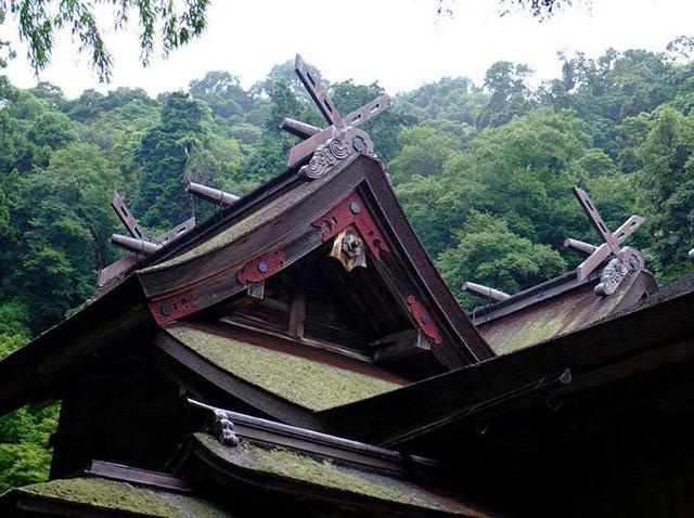 画像: 本殿。決して派手さはないものの朱に塗られた飾(かざり)や、どっしり構えた屋根を持ちます。千木(屋根上の交差板)の形の違いにも注目です。その形で手前が事代主神(男神)、奥が三穂津姫命(女神)だなとすぐわかります。