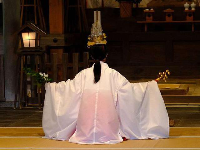 画像: 巫女の舞。玉串と鈴を持ち厳かに、優雅に舞います。