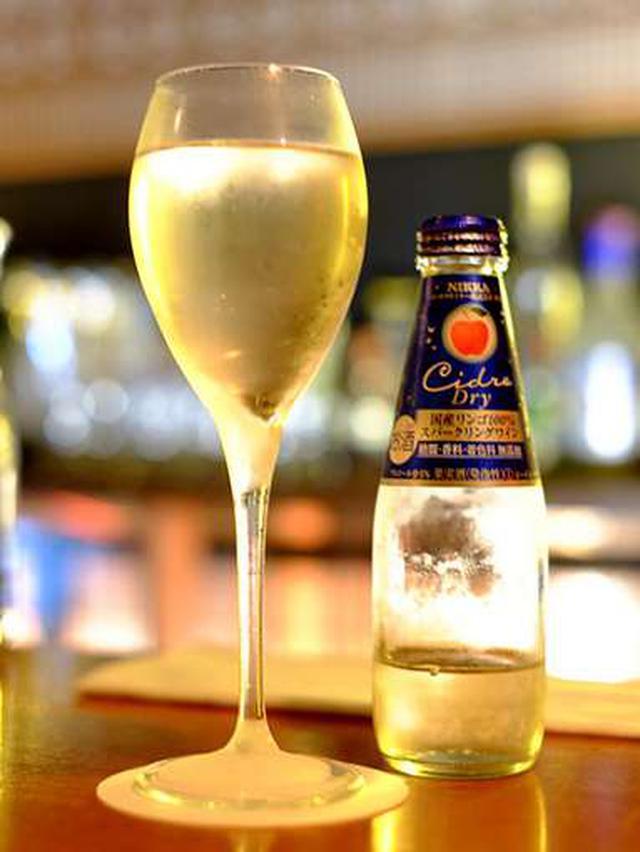 画像: 夜には弘前のバーでシードルを飲みました。国産りんごを100%使ったスパークリングりんごワインです。期間限定で販売されるシードル「ニッカシードルトキりんご」は弘前産100%とのこと。飲んでみたい!