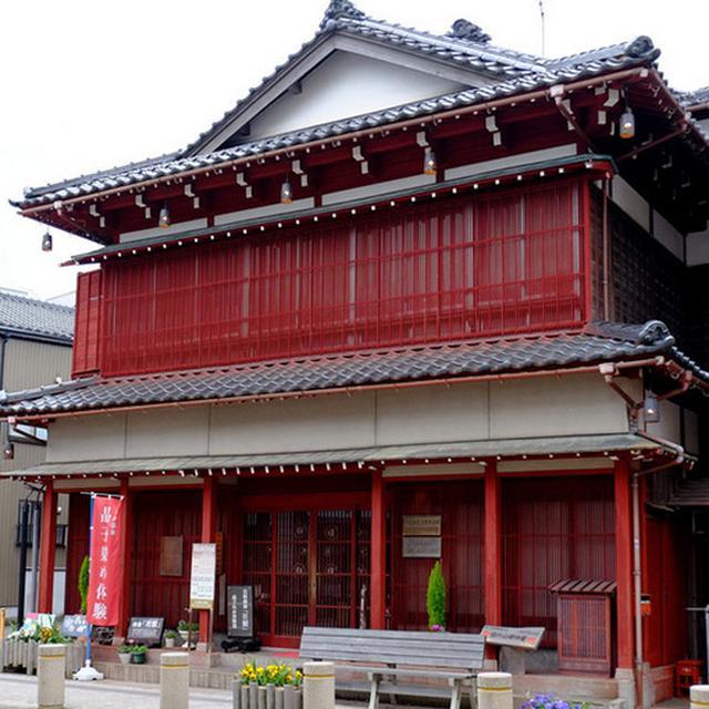 画像: 片山津温泉の歴史を物語る建物。花街だった頃の建物を再現した「芸妓検番」。目を引く赤い建物です。