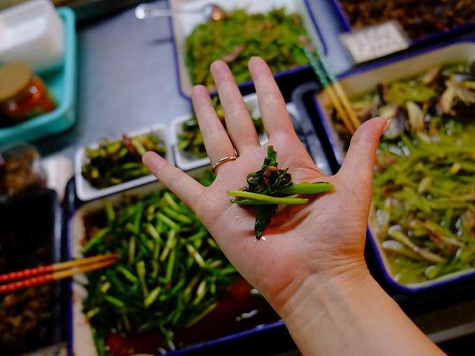 画像: 元気の良いお母さんが美味しいお惣菜を勧めてくれます。お皿は手のひら(笑)。歩き回らない日だったら買いたかった。ごはんに合いそうなおかずがいっぱいでした!