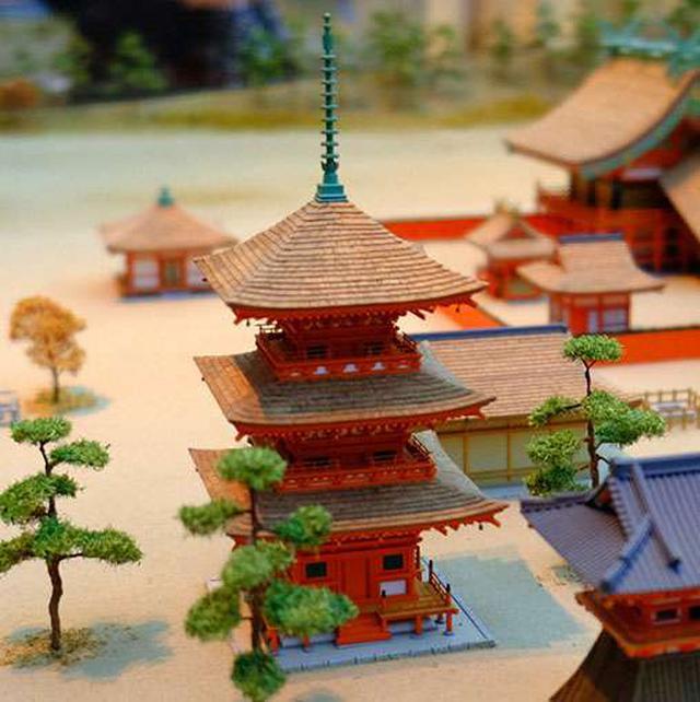 画像: 三重塔。出雲大社は江戸時代(寛文7年)の造営の際に、仏塔などを排除し神道の形へと整えました。その際、造営に使うため兵庫県養父市の「名草神社」のご神木を譲り受けたことへのお礼として、この三重塔を提供しました。今でも名草神社境内で三重塔を見ることが出来ます。