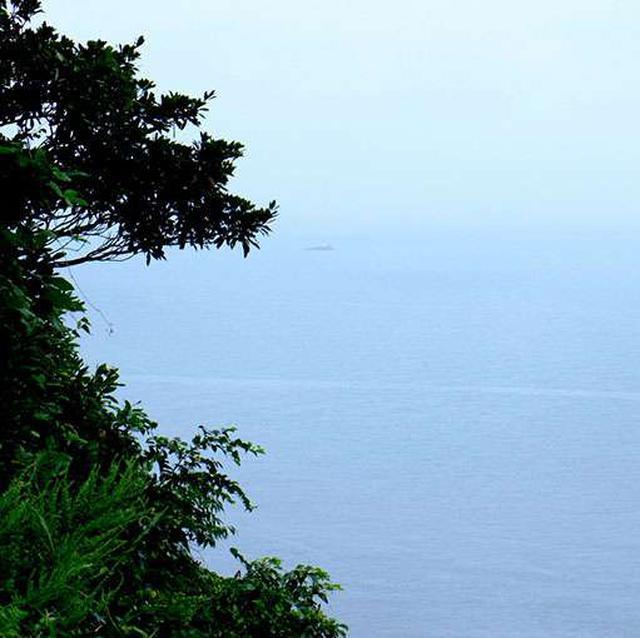 画像: お天気が悪くて残念なのですが、海上には沖ノ御前という岩場があります。ここはえびす様が鯛釣りをしたという伝説のスポットです。