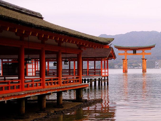 画像: 嚴島神社は社伝によると推古天皇元(593)年に創建されました。市杵島姫命を祀るために建てられたことから、「イチキシマ→イツクシマ」となったと言われています。